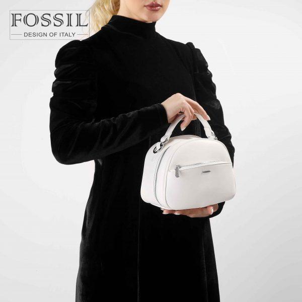 کیف رودوشی زنانه کد TB-6126 برند فسیل رنگ سفید در دست مانکن خانم