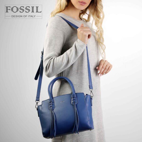کیف دستی زنانه کد TB-6138 برند فسیل رنگ آبی در دست مانکن خانم